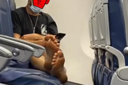 Негигиеничный поступок авиапассажира во время пандемии возмутил попутчицу