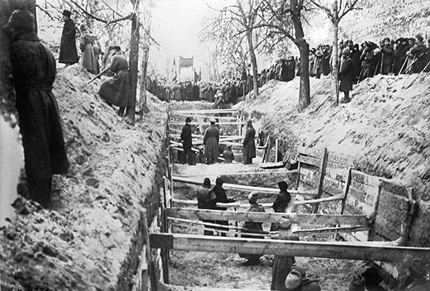 Красногвардейцы копают братскую могилу, 1917 год