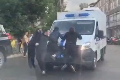 Россияне попытались отбить преступника у полицейских и попали на видео