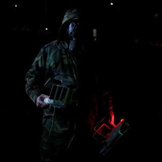Сотрудник службы безопасности Греции патрулирует село Кастанеэ на границе с Турцией