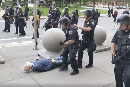 Толкнувшие пожилого американца полицейские пойдут под суд
