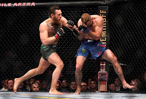 Конор Макгрегор (слева) в бою с Дональдом Серроне