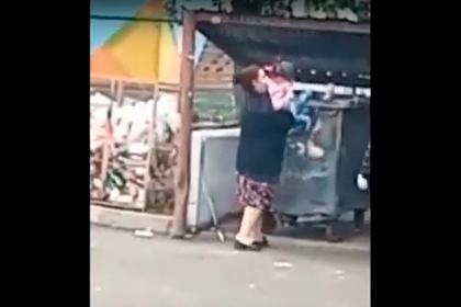Россиянки засунули ребенка в мусорный бак в поисках просроченных продуктов