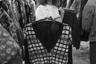 Для моды 80-х характерно буйство красок, которые раньше были редкостью в гардеробе советских людей. Яркие надписи и принты, необычный крой — обязательные элементы одежды тех лет. Особенно были распространены рубашки и жилеты в клетку.