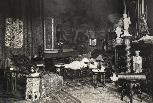 Габриеле Д'Аннунцио в кабинете своего особняка Mammarella, 1895 год