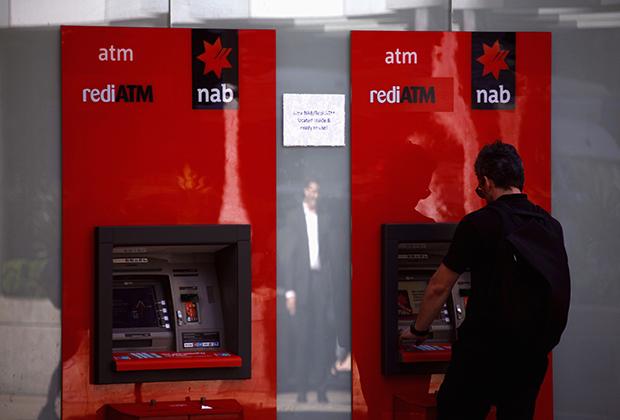 Клиент у банкомата Национального банка Австралии