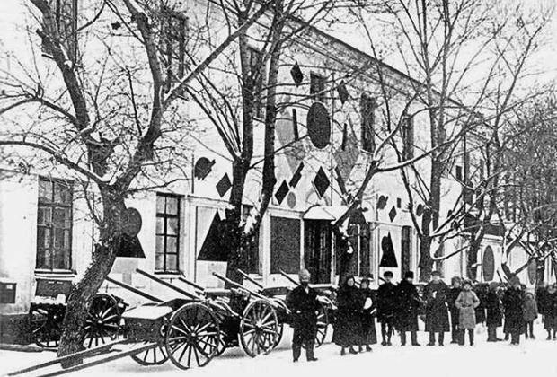 Оформление творческим объединением УНОВИС «Белых казарм» к двухлетней годовщине Комитета по борьбе с безработицей, 1919 год