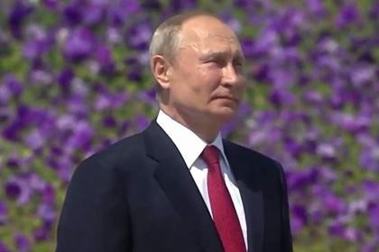Путин впервые принял участие в поднятии флага России на Поклонной горе