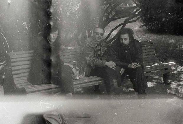 29 августа 1991 года. На похороны Майка приехали друзья из Москвы: Сергей Галанин и Гарик Сукачев. Справа Кирилл Миллер («Аукцыон»)