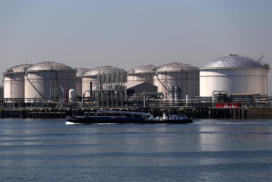 Нефтехранилища в торговом хабе в нидерландском Роттердаме