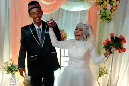 64-летняя женщина усыновила 23-летнего мужчину и вышла за него замуж год спустя