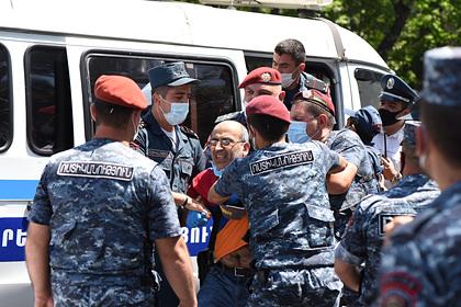 В Армении задержали более сотни протестующих возле парламента