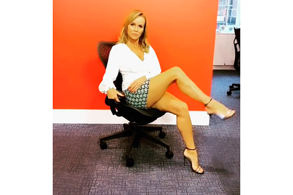 49-летняя телеведущая задрала ногу в мини-юбке и смутила фанатов