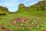 Выложенные в многочисленные круги на земле камни на шотландском острове Скай выглядели настолько странно и необычно, что местные жители не придумали ничего лучше, чем назвать это место Долиной фей — при том что никаких легенд или мифов, связанных с этими сказочными персонажами, здесь не бытовало. Ну, разве что, говорят, что геологическое чудо — не результат оползней, а дело рук крылатых существ. Дополняет атмосферу потусторонности вьющаяся по холмам дорога между озер — где-то среди них кроется крошечная пещера, в которой путешественники оставляют на удачу монеты.