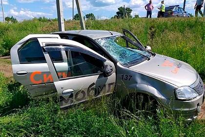 Пьяный таксист сбил на тротуаре шедших за аттестатами российских школьников