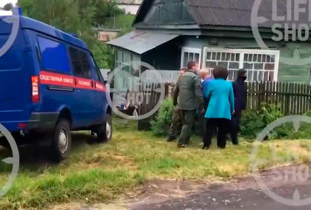 Сотрудники Следственного комитета России (СКР) у дома Андрея Ежова