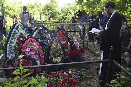 На могиле погибшего в ДТП Захарова заметили венок от Ефремова
