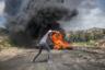 С 2011 года каждую пятницу и субботу палестинцы организуют марши в деревне Кафр-Каддум, протестуя против перекрытия одной из дорог и конфискации принадлежавшего палестинцам участка земли. Израильские власти совершили это с целью расширения израильского поселения Кедумим. По этой дороге  палестинцы когда-то могли за 15 минут добраться до крупного города Наблус, теперь же время в пути превышает 45 минут.  <br> <br> На этой фотографии палестинец стреляет из пращи по солдатам во время столкновений с силами Израильской армии 10 мая 2019 года.