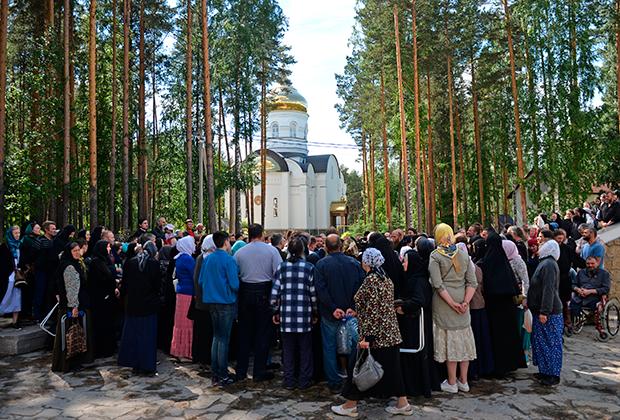 Верующие на территории Среднеуральского женского монастыря