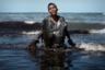 В начале сентября 2019 года крупные пятна нефти появились в море у берегов 130 пляжей на северо-востоке Бразилии. Сейчас их можно обнаружить вдоль всей береговой линии Атлантического океана, протяженность которой достигает двух тысяч километров. Источник загрязнения остается неизвестным, хотя президент Жаир Болсонару утверждает, что разлив произошел за пределами страны и, скорее всего, это дело рук преступных группировок.  <br> <br> Этот мальчик участвовал в устранении последствий разлива нефти у пляжа Итапуама в городе Кабу-ди-Санту-Агостинью, штат Пернамбуку.