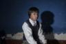 Итальянский фотограф Алессандро Синк рассказывает истории простых перуанцев, родившихся в Эспинарском районе страны, недалеко от крупнейших медных рудников Тинтайя и Антапаккей. Они страдают от загрязнения окружающей среды в местах добычи полезных ископаемых.  <br> <br> За последние несколько лет полезные ископаемые стали основой национальной экономики, оттеснив на задний план сельскохозяйственное производство, которым занимались местные общины. Недоедание и загрязнение окружающей среды подтачивают здоровье местных жителей; многие дети рождаются с психическими и физическими отклонениями, но медицинских учреждений здесь нет. Хотя в конституции Перу предусмотрены меры по сохранению культурного своеобразия и территорий проживания коренных народов, на деле эти положения не соблюдаются, а социальные протесты жестоко подавляются полицией. Хищническое использование земель— общая проблема в странах Латинской Америки.  <br> <br> Мальчик Лемюэль Ллерсон Хилачок родился поблизости от рудника. Он имеет врожденные дефекты, глух на одно ухо. У семьи нет денег на его лечение.