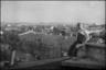 Немецкий солдат играет на гармошке на крыше одного из домов. 1941-42 гг.