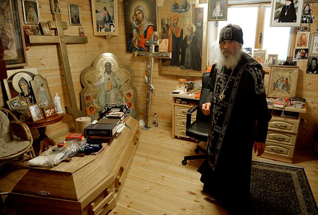 Гроб в келье отца Сергия