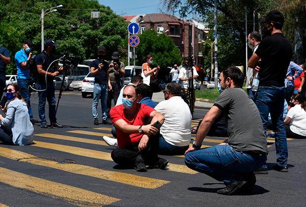 Участники акции в поддержку главы оппозиционной парламентской фракции «Процветающая Армения» предпринимателя Гагика Царукяна у здания Службы национальной безопасности (СНБ) в Ереване