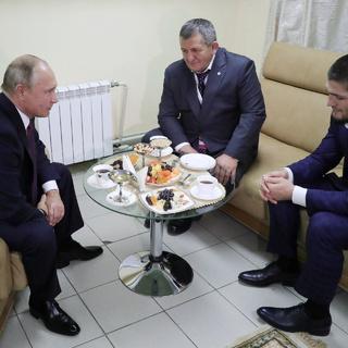 Владимир Путин, Абдулманап Нурмагомедов и Хабиб Нурмагомедов (слева направо)