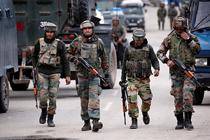Indian army soldiers patrol a street near a site of a gunbattle between Indian security forces and suspected militants in Khudwani village of South Kashmir's Kulgam district, April 11, 2018. REUTERS/Danish Ismail - RC168F459240