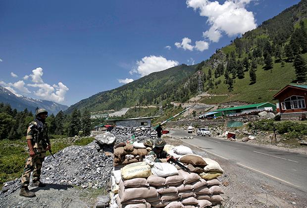 Индийцы на КПП возле дороги, ведущей в Ладакх