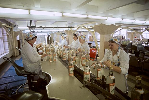 Конвейер по розливу водки на Куйбышевском ликеро-водочном заводе, 1978 год