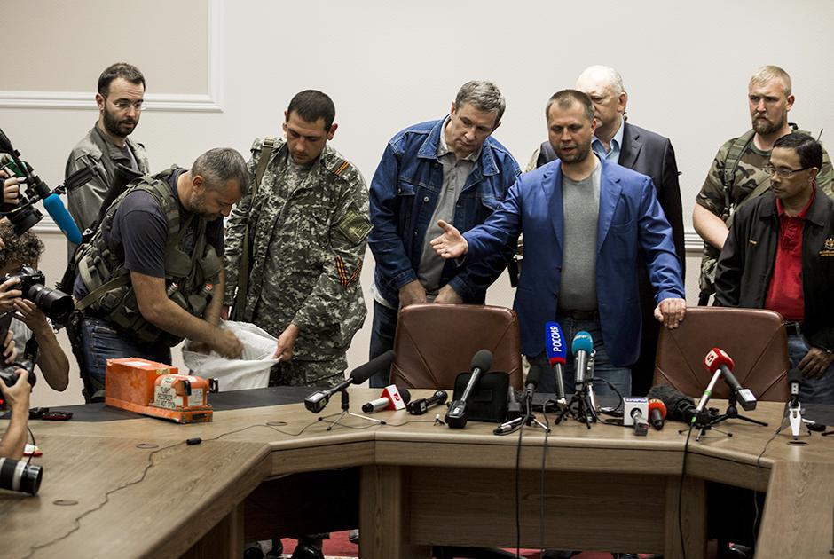 Бородай (в синем пиджаке) во время передачи бортовых самописцев самолета Malaysia Airlines малазийской стороне