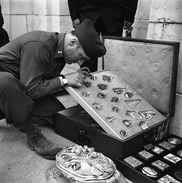 Куратор изобразительного искусства Метрополитен-музея в Нью-Йорке, рассматривает коллекцию ювелирных украшений Ротшильдов, которая была украдена нацистами и найдена в австрийском замке в конце Второй мировой войны, май 1945 года