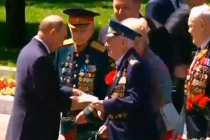 Ветеран передал Путину письмо и попал на видео