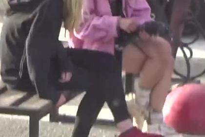 Российские школьницы поймали голубя, заживо ощипали его и попали на видео