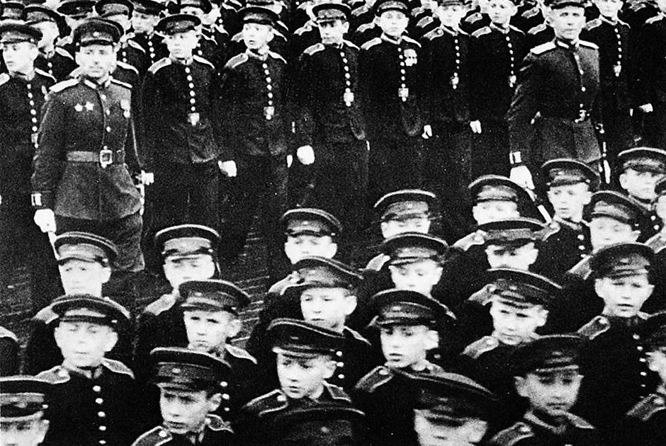 Последние шеренги юных суворовцев на Параде Победы 1945 года