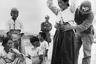Американский военный патруль обыскивает корейскую женщину в поисках спрятанного оружия возле реки Нактонган. Город Тэгу, Южная Корея, 26 сентября 1950 года.