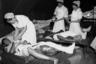 Южнокорейские медсестры ухаживают за ранеными северокорейскими пленными в лагере для военнопленных. 28 августа 1950 года.