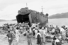 Южнокорейские беженцы эвакуируются на американском десантном корабле. Им приказали покинуть свои дома для предотвращения жертв среди гражданского населения в боях между силами Организации Объединенных Наций и армией Северной Кореи. Город Масан, Южная Корея, 17 сентября 1950 года.