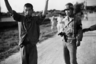 Южнокорейский военный полицейский сопровождает северокорейского пленного в тюрьму. Южная Корея, 21 июля 1950 года.
