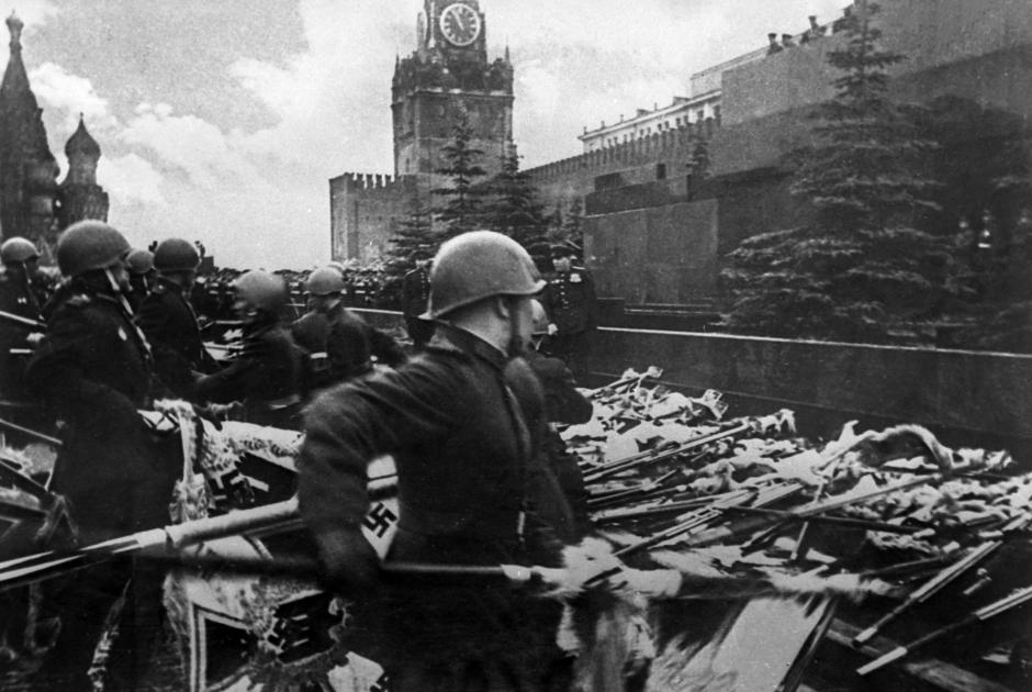 Парад Победы на Красной площади в Москве 24 июня 1945 года в ознаменование разгрома фашистской Германии во Второй мировой войне 1939-1945 годов. Участники парада бросают к подножию мавзолея Ленина немецкие знамена