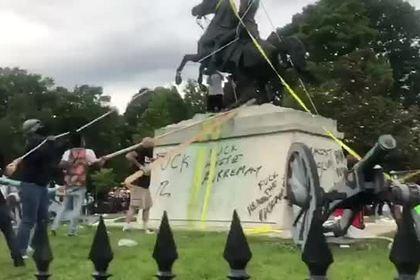 Попытки протестующих в США свалить памятник бывшему президенту попали на видео