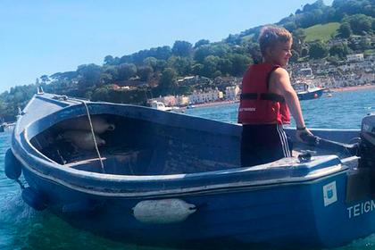 Десятилетний мальчик спас унесенную в открытое море женщину на каяке