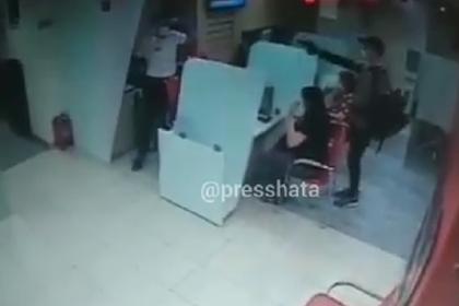 Вооруженный налет на российский банк попал на видео