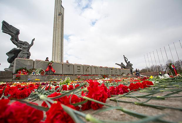 Монумент Освободителям в Риге, 9 мая