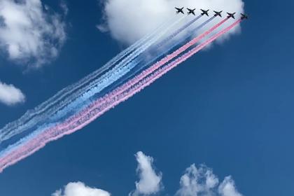 Флаг России в небе над центром Москвы попал на видео