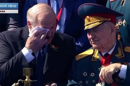 Лукашенко поговорил с ветераном и вытер слезы