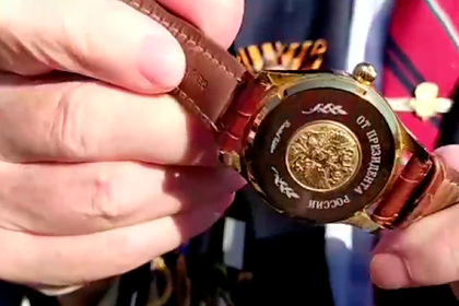 Ветеран показал подаренные Путиным часы