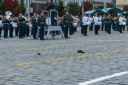 Потерявшую туфлю участницу парада Победы пообещали наградить